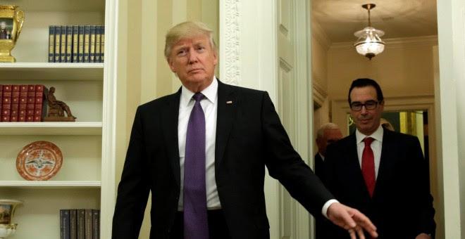 El presidente de los Estados Unidos, Donald Trump entra en el Despacho Oval de la Casa Blanca seguido de su secretario de Tesoro Steve Mnuchin en Washington, EEUU / REUTERS