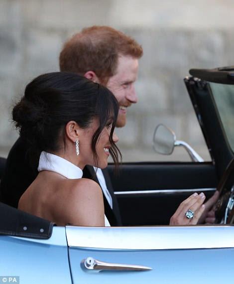 Meghan se podía ver usando un anillo color aguamarina que una vez perteneció a la madre de Harry, la princesa Diana (derecha)