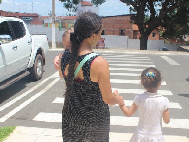 Mãe e filha andam sempre de mãos dadas durante a caminhada pelas ruas de Teresina (Foto: Juliana Barros/G1)
