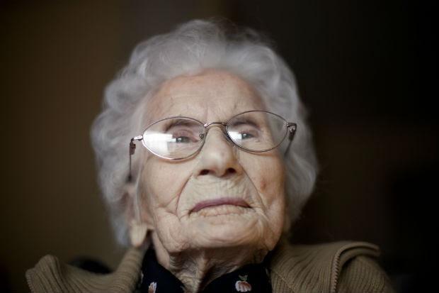 Besse Cooper em 2011, quando foi reconhecida pelo Guinness World Record como a pessoa mais velha do mundo (Foto: David Goldman/AP)