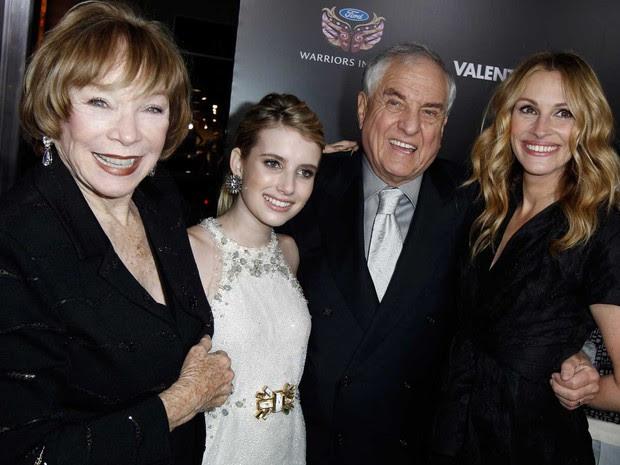 Shirley MacLaine, Emma Roberts, Garry Marshall e Julia Roberts, em imagem de fevereiro de 2008 (Foto: Matt Sayles / Arquivo / AP Photo)