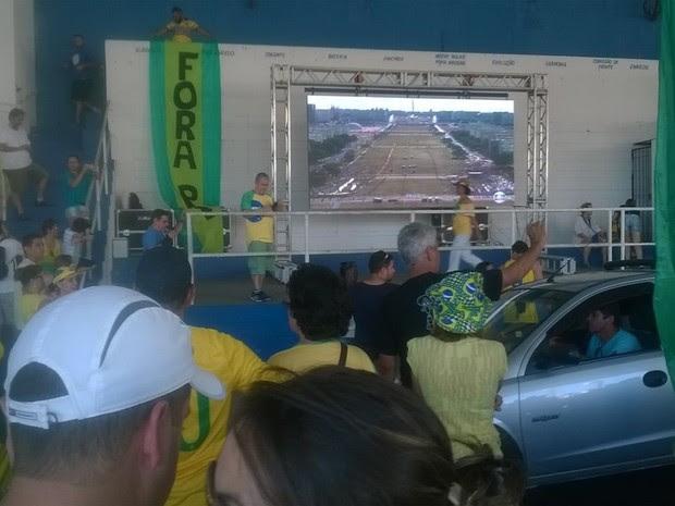 Telão foi montado na avenida do Povo em Taubaté (Foto: Poliana Casemiro/G1)