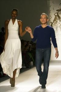 El diseñador de origen mexicano César Galindo saluda al público acompañado de una modelo al final de la presentación de su colección otoño-invierno para su línea Czar durante el segundo día de la Semana de la Moda de Nueva York. EFE