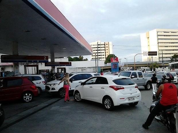 Posto com combustíveis em promoção forma fila de carros em Mangabeiras (Foto: Karina Dantas/G1)