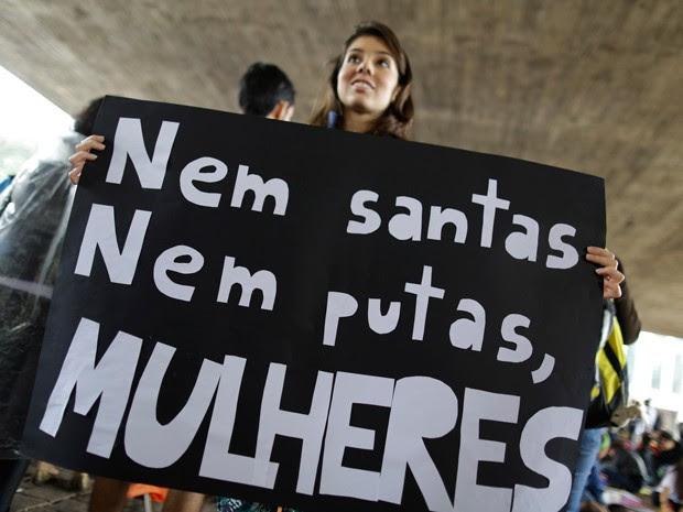 Manifestante segura cartaz escrito 'Nem santa, nem putas. Mulheres!'  (Foto: Nelson Antoine/FotoArena/Estadão Conteúdo)