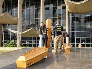 Polícia Federal utiliza caixões em frente ao Ministério da Justiça, no Distrito Federal (Foto: Vianey Bentes/TV Globo)
