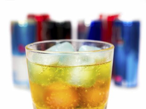 Μην ανακατεύετε αλκοόλ και ενεργειακά ποτά – Δείτε γιατί… [vid]