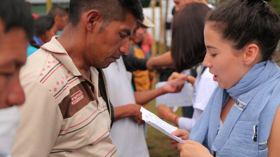A youngster reads a letter to a former guerrilla.