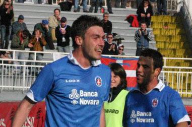 Stefano Dall'Acqua esulta dopo un gol con la maglia del Novara