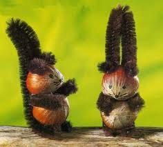 Eekhoorns van hazelnoten en pijpenragers