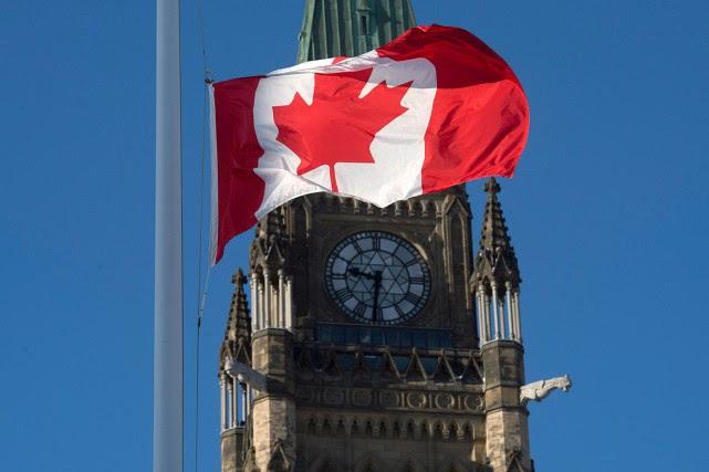 Le drapeau a été mis en berne devant... (Photo Adrian Wyld, PC)