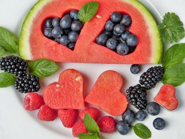 """<p>Los individuos que siguen un patrónMediterráneopresentan un elevado consumo de frutas y verduras./ <a href=""""https://pixabay.com/es/frutas-coraz%C3%B3n-ar%C3%A1ndanos-moras-2367029/"""" target=""""_blank"""">Pixabay</a></p>"""