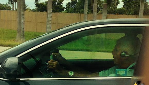 Luis Posada Carriles manejando su auto en Miami.