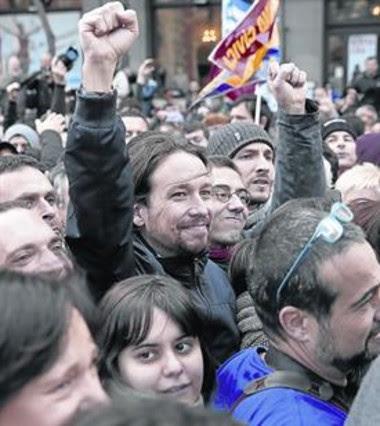 Iglesias y Monedero saludan a los manifestantes en la Puerta del Sol, ayer.