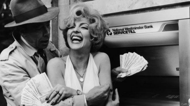 Humphrey Bogart and Marilyn Monroe en el Natinoal Westminster Bank de Londres