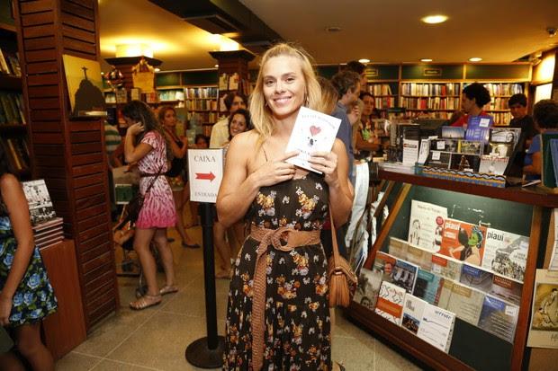 Carolina Dieckmann no lançamento do livro de Maria Ribeiro  (Foto: Felipe Assumpção / Agnews)