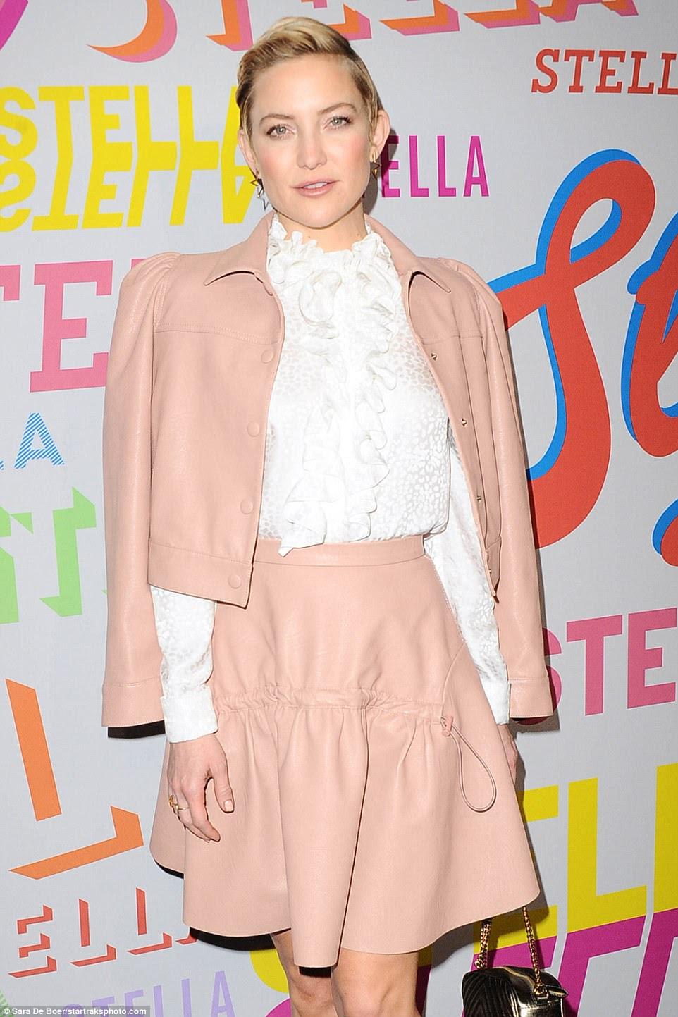 Aglow: na festa de Stella McCartney, Kate cortou uma figura chique em um top branco com garras e saltos brancos, arruinando o cabelo loiro curto para um lado