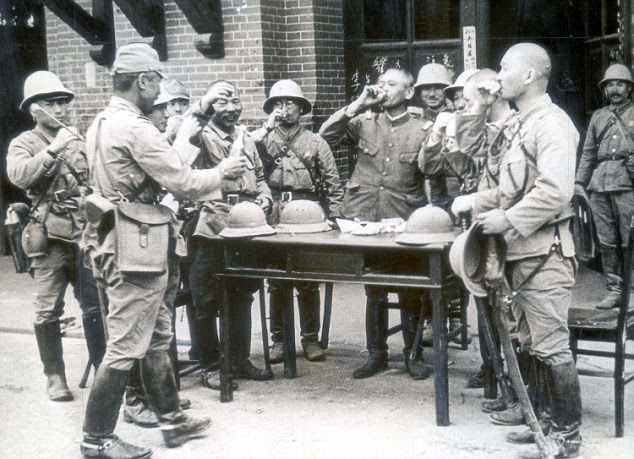 Código do guerreiro: oficiais japoneses comemorar em Suchow após suas tropas tinham ocupado a cidade