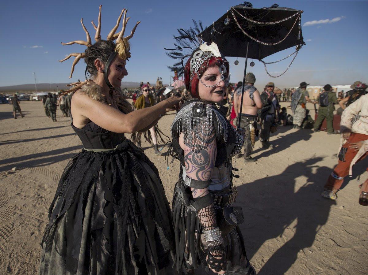 """Fãs de """"Mad Max"""" constroem seu próprio mundo pós-apocalíptico no meio do deserto 19"""