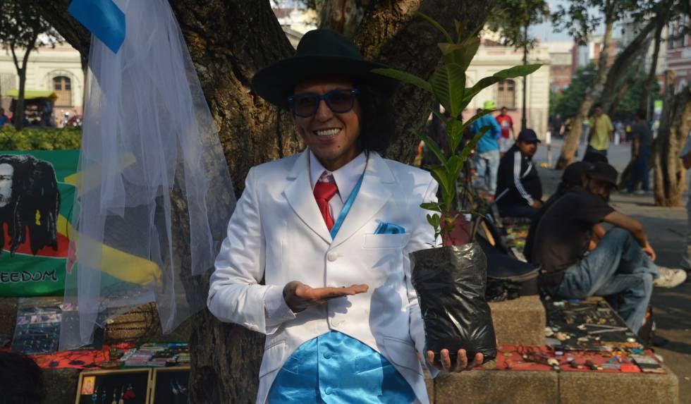 El artista peruano Richard Torres, tras contraer matrimonio simbólicamente con un árbol de Ciudad de Guatemala.