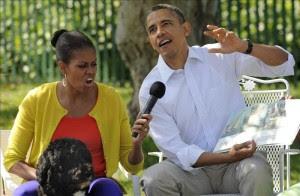 """El presidente de Estados Unidos Barack Obama (d) junto a su esposa Michelle, y el perro de la familia Obama, """"Bo"""".EFE"""