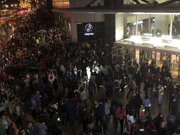 Shopping em Santiago foi esvaziado após o terremoto (Foto: Nadia Perez/Agencia Uno via AP)