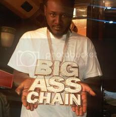T-Pain-in-the-ass and his BIG ASS CHAIN