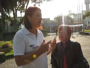 terezinha e assistente social (Foto: Pedro Carlos Leite/G1)