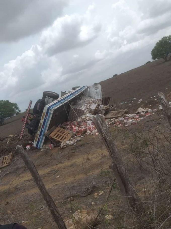 PORRE DE FELICIDADE: Caminhão carregado de cerveja tomba e é saqueado