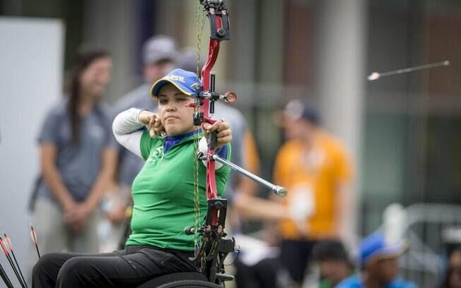 Jane Gögel ganha o ouro no tiro com arco composto.