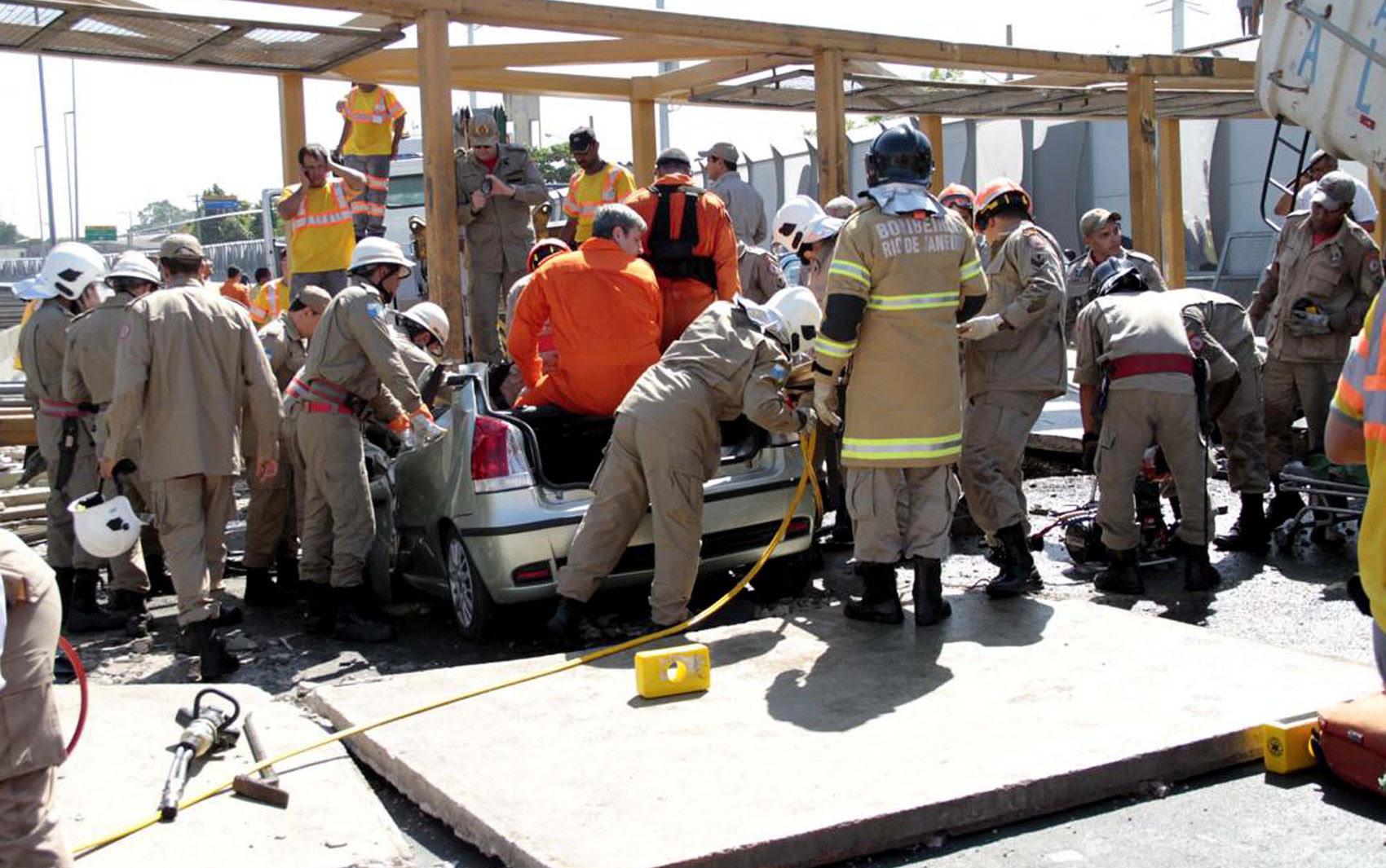 Bombeiros retiram vítimas de carro que ficou preso em acidente