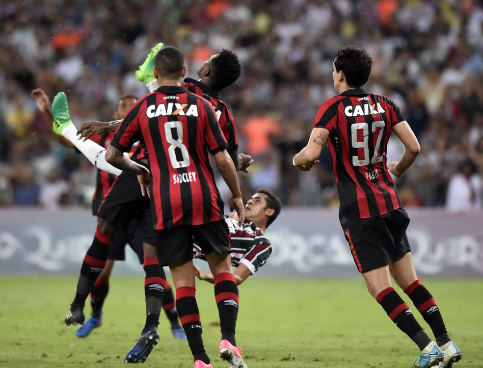 Renato acerta chute em Wanderson no Maracanã (Foto: Hector Werlang)