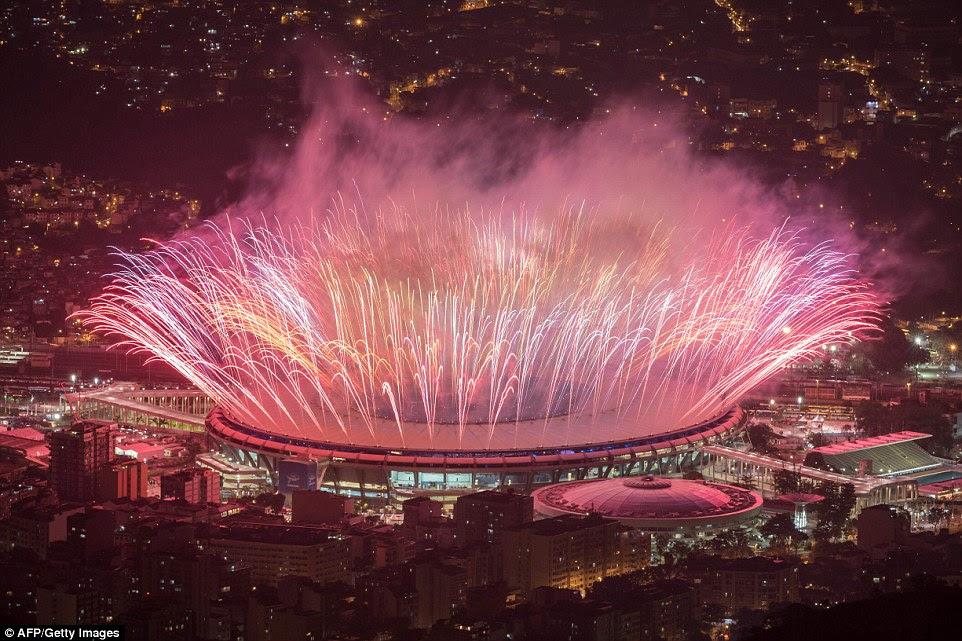 Fogos de artifício são vistos durante a cerimônia de abertura de Jogos Olímpicos Rio 2016 no Estádio do Maracanã, no Rio de Janeiro, no dia 05 de agosto de 2016