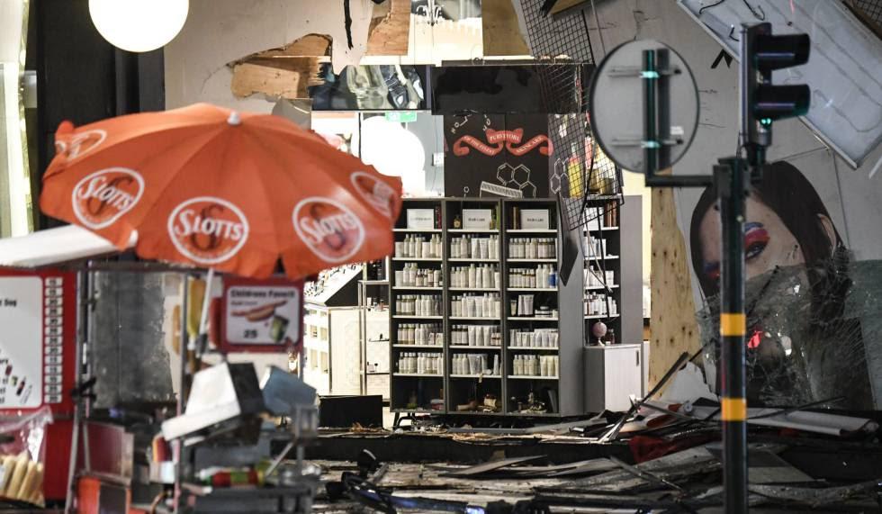 Fachada de los grandes almacenes donde se empotró el camión que conducía el terrorista que perpetró el atentado en Estocolmo el viernes.