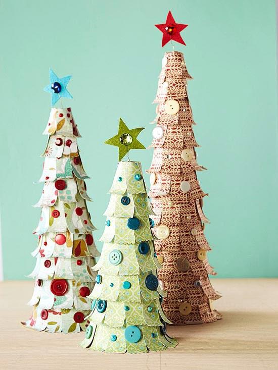 Schlicht dekorierter Weihnachtsbaum mit beiger und silberner Farbe