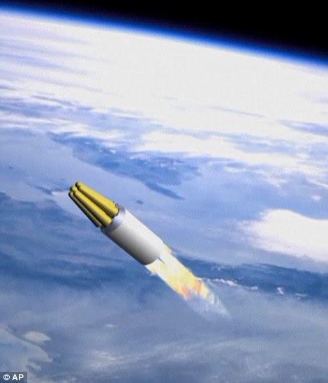 Vol haut: Un missile généré par ordinateur vole au-dessus de l'atmosphère terrestre dans la vidéo