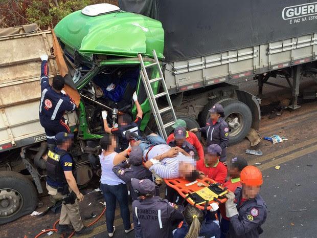 Homem é prensado por cabine após batida na BR-242, na Bahia (Foto: George José / Blo do Sigi Vilares)
