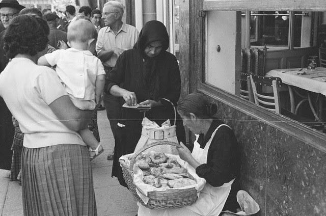 Vendedora de dulces junto al Café Español de Toledo en septiembre de 1962. Fotografía de Harry Weber. Österreichische Nationalbibliothek