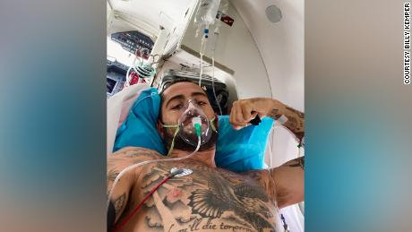 Kemper aparece a bordo de un vuelo de evacuación médica de emergencia después de sobrevivir a un accidente grave mientras navegaba en Marruecos en 2020.
