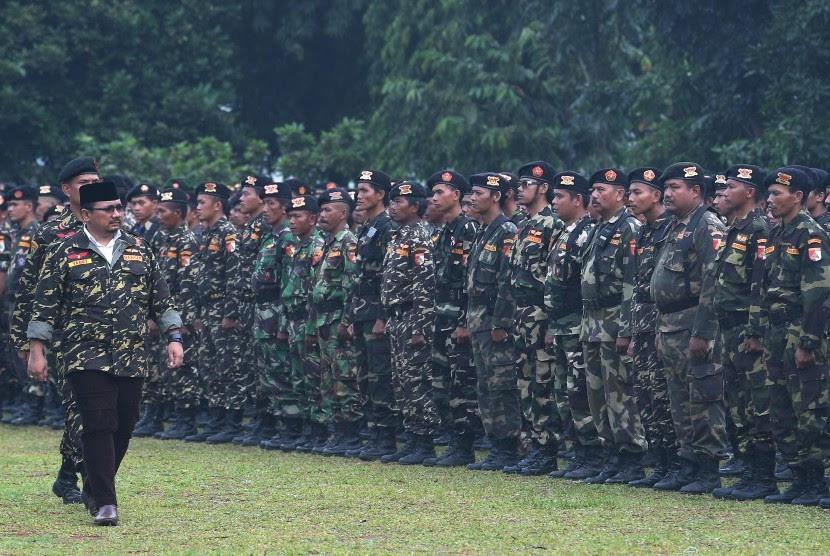 Ketua Umum GP Ansor Yaqut Cholil Qoumas (kiri) memeriksa Barisan Ansor Serbaguna (Banser) Nahdlatul Ulama dalam Apel Kebangsaan dan Kemah Kemanusiaan di Bumi Perkemahan Ragunan, Jakarta Selatan, Selasa (18/4).