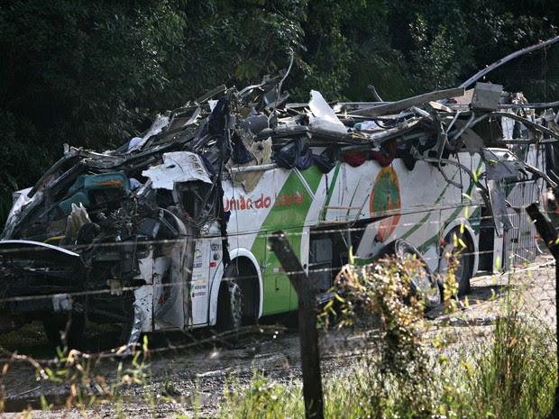 Carcaça destruída do ônibus acidentado à noite é vista após ser retirada do local onde parou à beira da pista na rodovia Mogi-Bertioga, na manhã desta quinta-feira (9), na divisa entre Mogi das Cruzes e Bertioga (SP) (Foto: Jonny Ueda/Futura Press/Estadão Conteúdo)