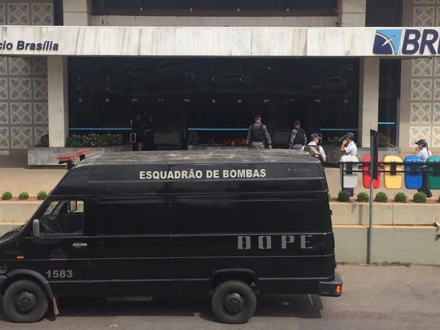 Funcionários do BRB deixam o prédio do banco após aviso de suspeita de bomba no local. (Foto: Alexandre Bastos/G1)