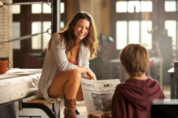 Evangeline Lilly and Dakota Goyo share a moment in REAL STEEL.