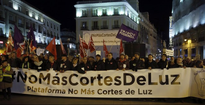 Vista de la manifestación que la plataforma #NoMásCortesDeLuz ha convocado en Madrid, contra la pobreza energética, a su llegada a la Puerta del Sol. EFE/Kiko Huesca