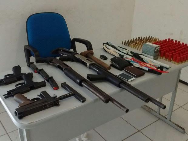Armas e munição apreendida durante operação da PM (Foto: João Ricardo/G1)