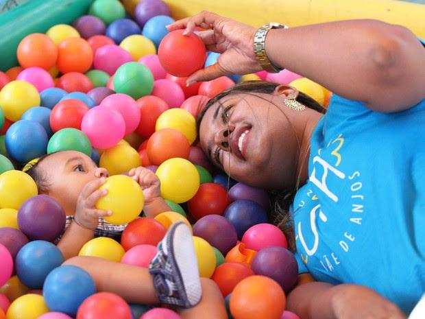 Germana Soares, mãe de Guilherme, que possui microcefalia (Foto: Aldo Carneiro/Pernambuco Press)