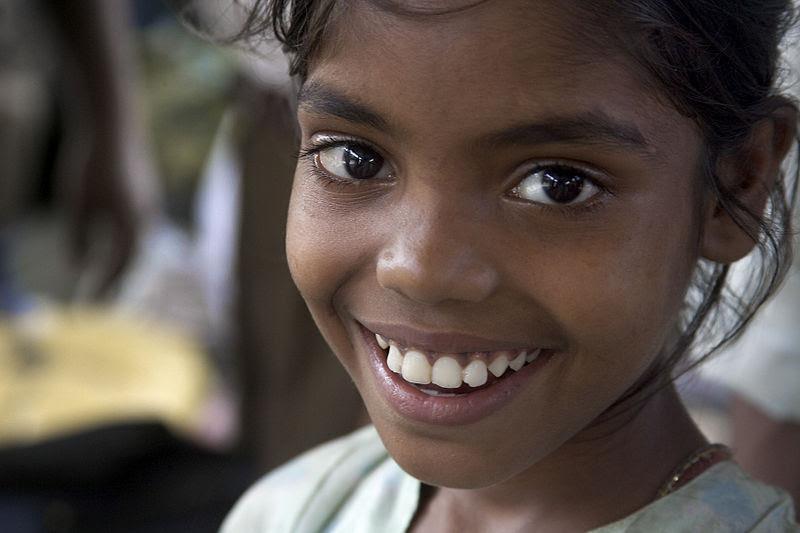 File:India - Delhi smiling girls - 4698.jpg