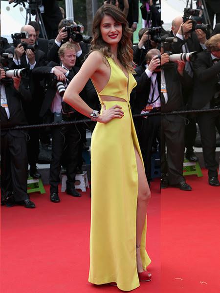 Isabelli Fontana arrasou com seu longo amarelo que tinha uma superfenda na perna. A modelo também apostou na boca marcada de vermelho, combinando com a sandalia
