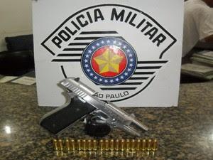 Pistola foi apreendida com chefe do tráfico. Além da arma, uma lista com cronograma do tráfico foi encontrada (Foto: Divulgação / Polícia Militar)