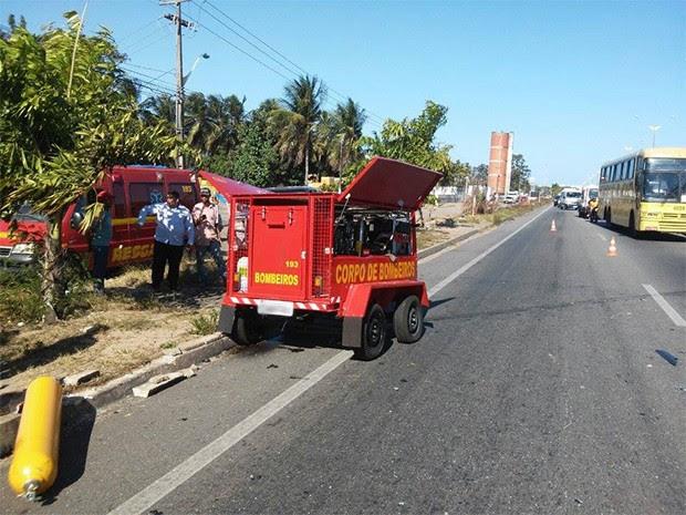 Reboque do Corpo de Bombeiros soltou e atingiu dois veículos na BR-101 (Foto: Corpo de Bombeiros/ Divulgação)